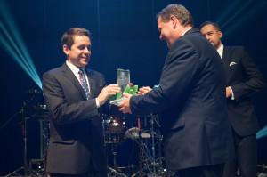 Wójt Koszęcina Grzegorz Ziaja dumnie odbiera nagrodę.